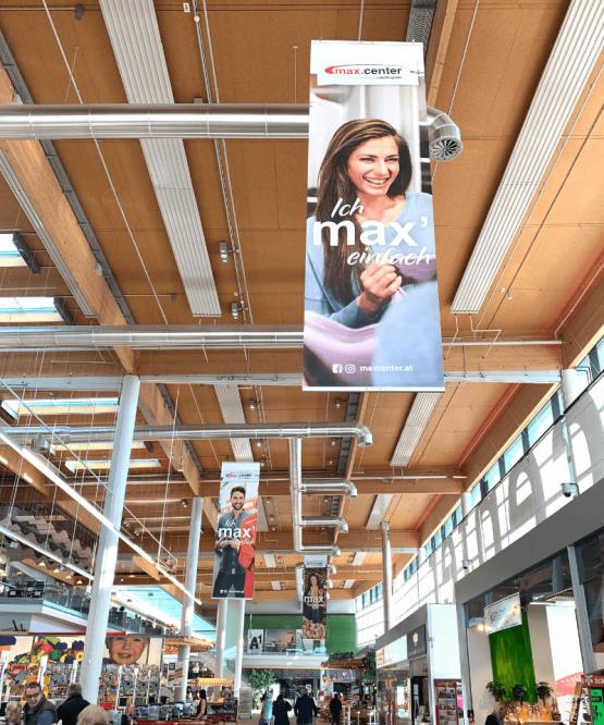 Aufhänger an Decke des Einkaufs-Centers