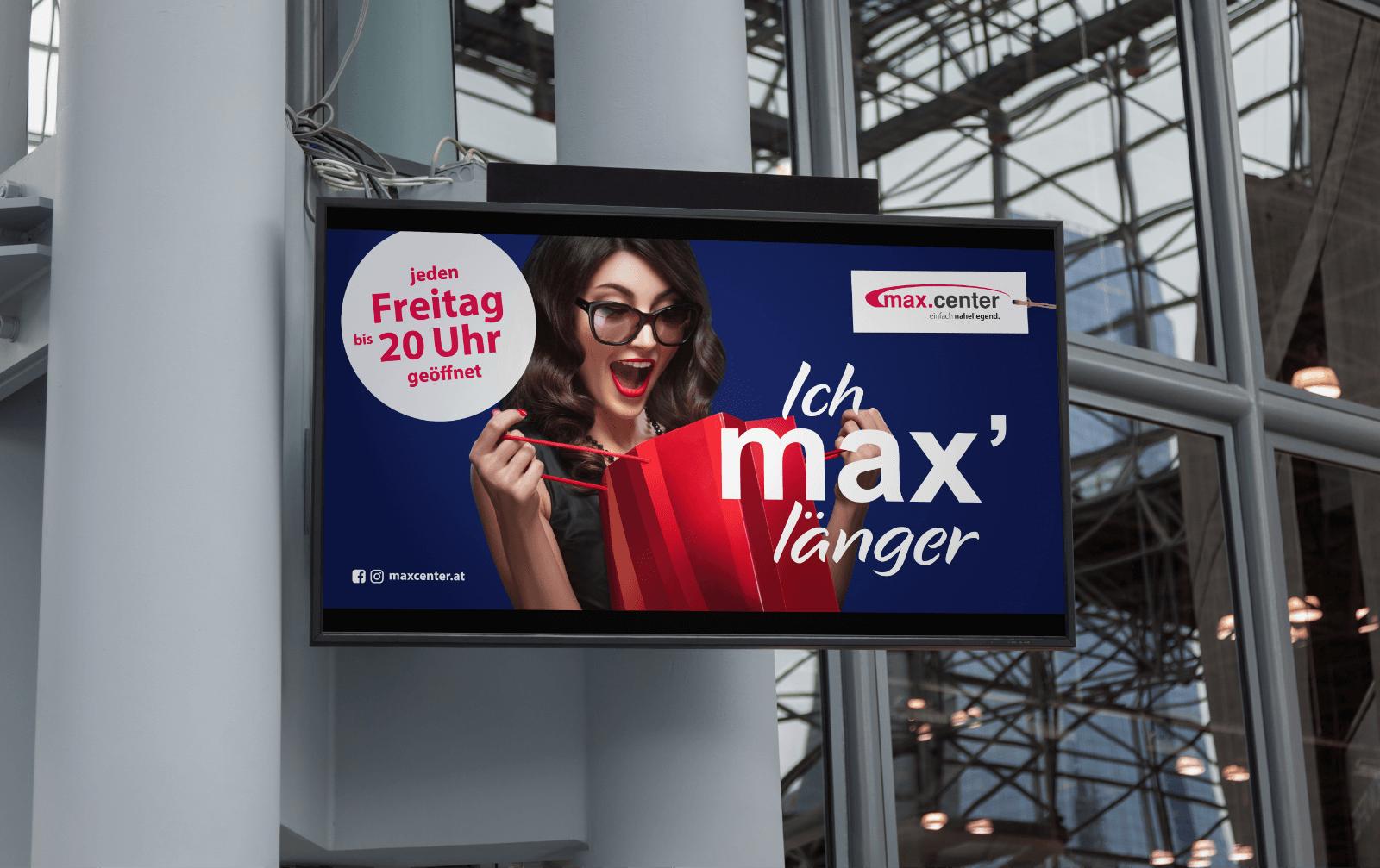 Plakat Max Center mit Frau mit roter Einkaufstasche